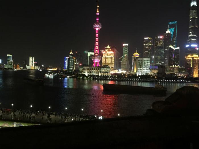 Afbeelding van de prachtige skyline van Shanghai in de avonduren.