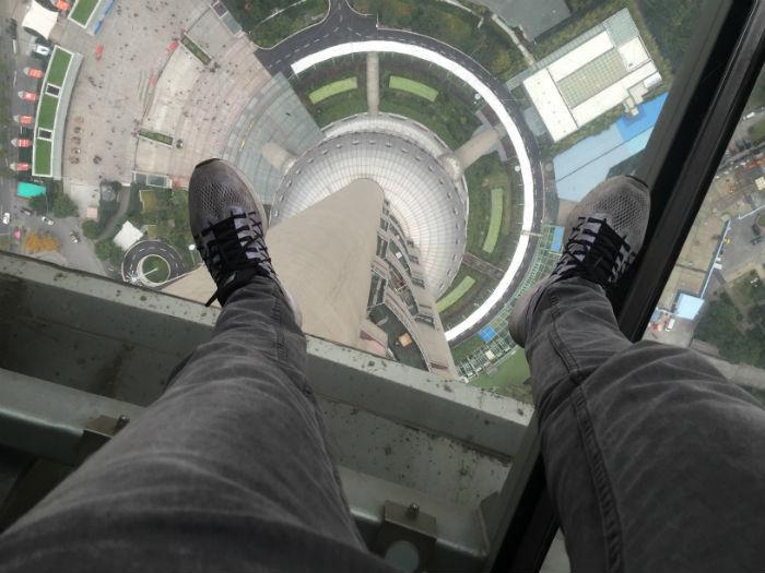 Foto genomen van de glazen plaat op het middelste observatieniveau van de Shanghai Oriental Pearl Tower.