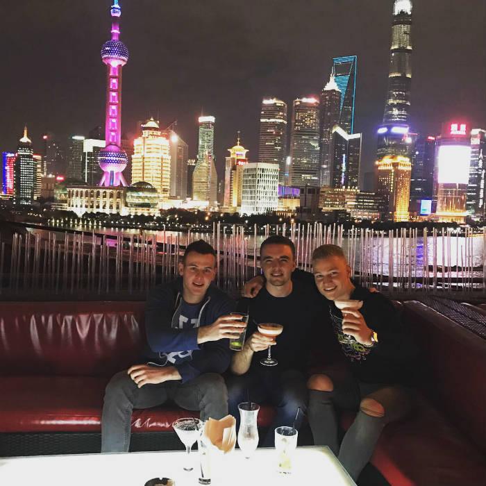 Foto van drie studenten die cocktails drinken bij Bar Rouge.