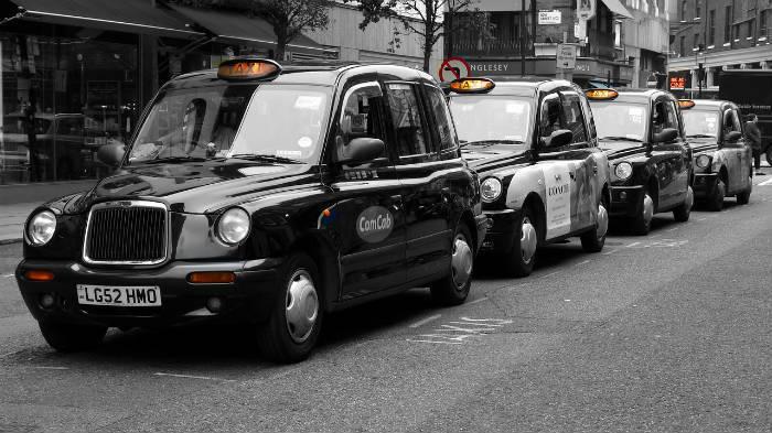 Foto van een geparkeerde taxi in Londen.