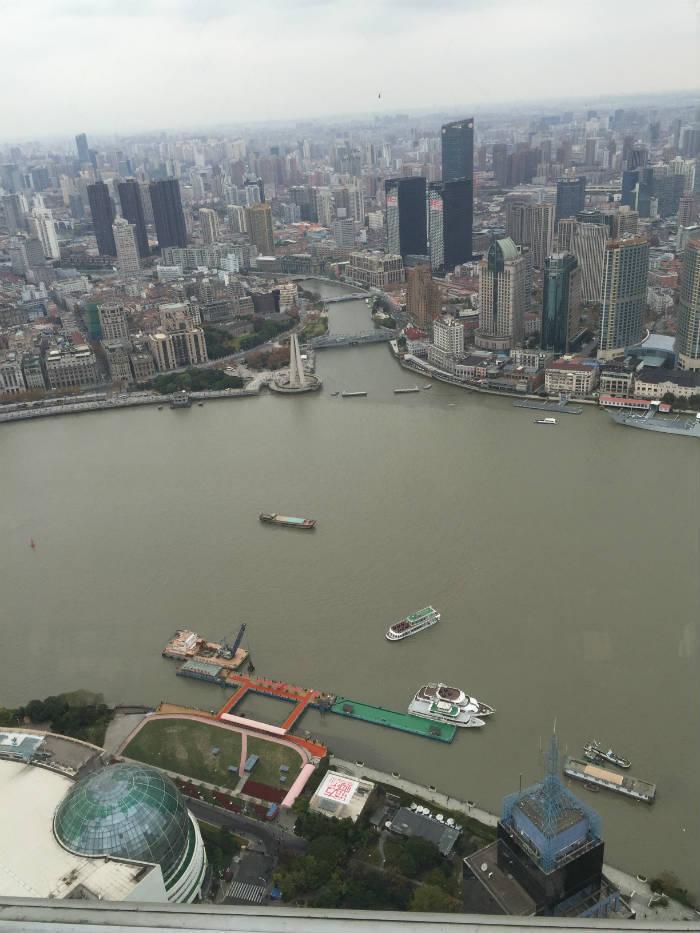 Foto van het uitzicht dat te zien is van het hoogste observatiepunt van de Shanghai Oriental Pearl Tower.