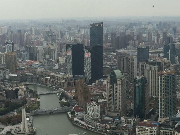 Foto van de skyline van Shanghai genomen van het hoogste observatiedek van de Oriental Pearl Tower.