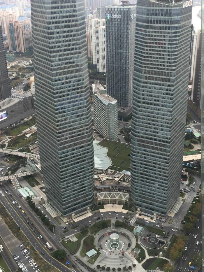 Foto van het uitzicht dat te zien is vanaf het middelste observatiedek van de Oriental Pearl Tower in Shanghai,