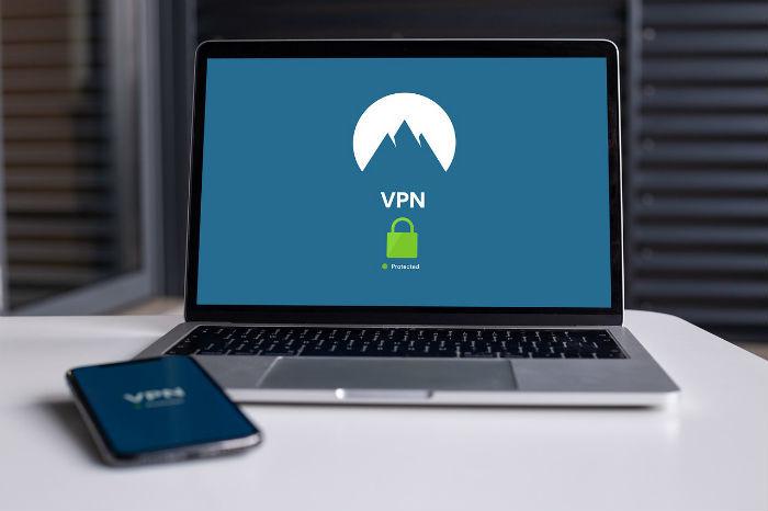 Afbeelding van een laptop en mobiele telefoon die gebruik maken van een VPN.