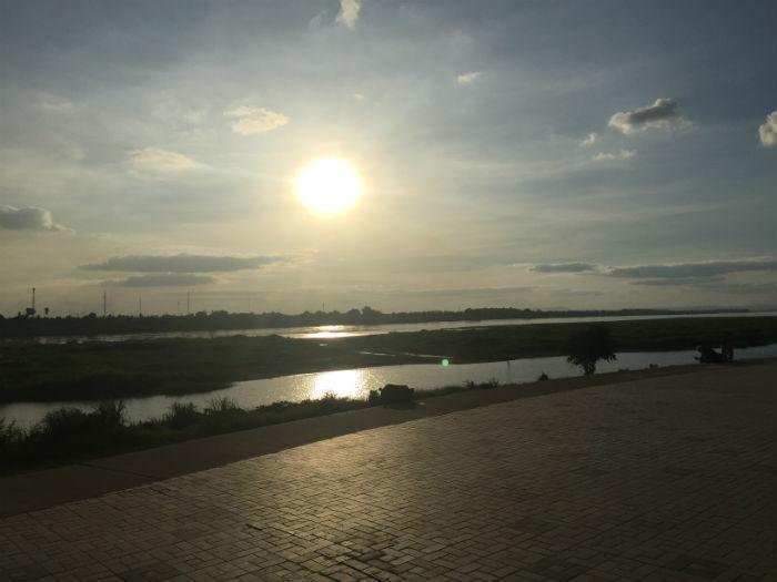 Een foto van een zonsondergang aan de bekende Mekong rivier.