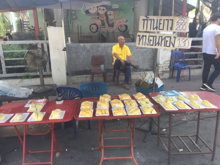 Marktkraampje in Thailand die durian verkoopt