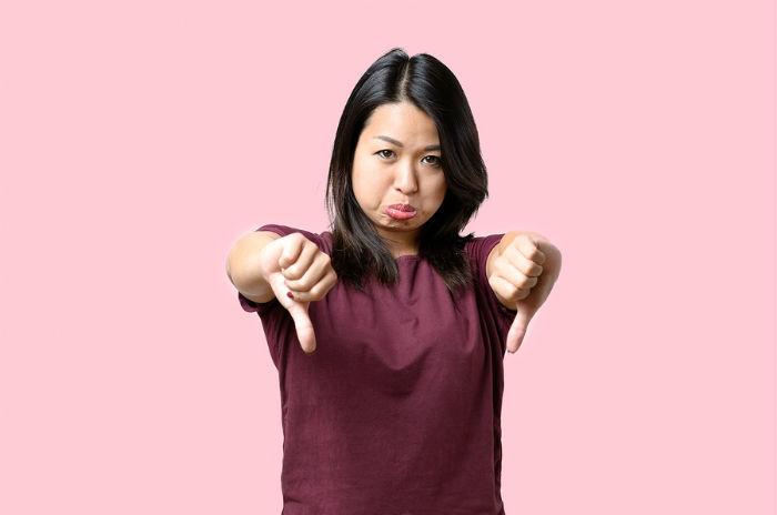 Chinese vrouw duimen naar beneden